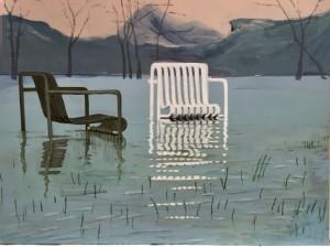 to stole står i vand, bjerge er baggrund